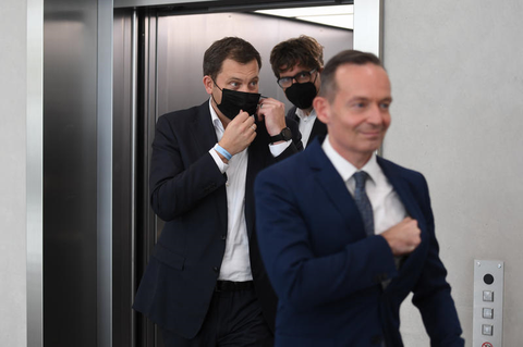Michael Kellner (Grüne), Lars Klingbeil (SPD) und Volker Wissing (FDP) geben ein Statement zum Anfang der Ampel-Koalitionsverhandlungen