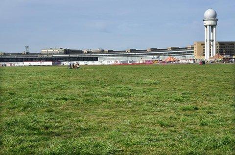 Ein Teil des Parks vor dem Hauptgebäude des ehemaligen Flughafend Tempelhof.