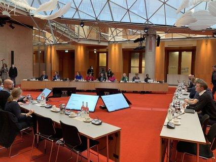 Alle gleichmäßig berücksichtigt: die Verhandlungstische im Tagungszentrum.