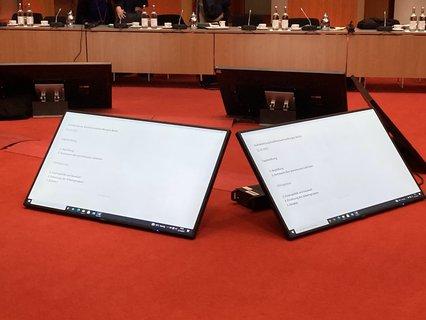 Hier ist die Digitalisierung schon mal angekommen: Tablets mit der Tagesordnung.