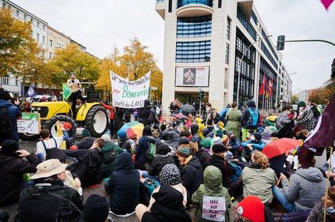 Eine Landwirtin spricht vor dem Willy-Brandt-Haus auf einem Traktor während Demonstranten einen Sitzstreik machen. Die Aktionstage, zu dem das Bündnis