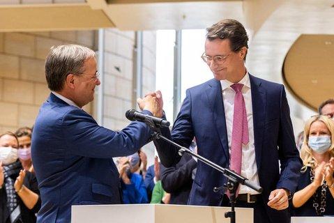 Armin Laschet (l,), Ministerpräsident von Nordrhein-Westfalen, gratuliert Landesverkehrsminister Hendrik Wüst (beide CDU) zur Nominierung als Regierungs- und Landesparteichef.