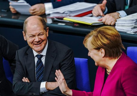 Olaf Scholz (SPD), Bundesfinanzminister, lacht neben Bundeskanzlerin Angela Merkel (CDU).