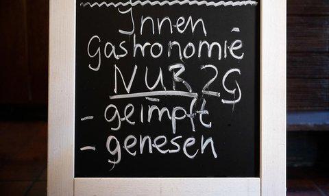 Ein Gasthaus in Braunschweig wendet die 2G-Regel an.