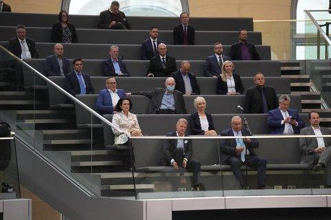 AfD-Abgeordnete verfolgen die konstituierende Sitzung des neuen Bundestags von der Tribüne aus.